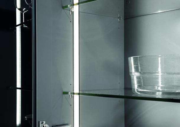 Une tablette en verre transparent, éclairée par un bandeau led