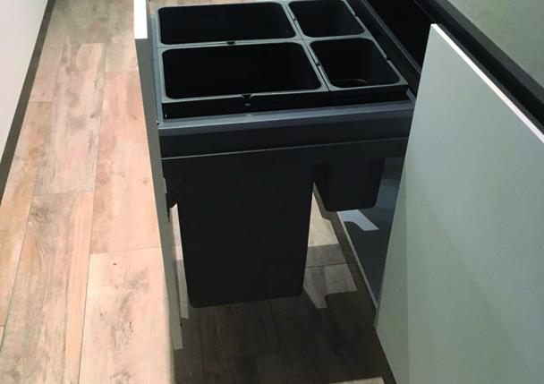 Une poubelle coulissante dissimulée derrière un tiroir