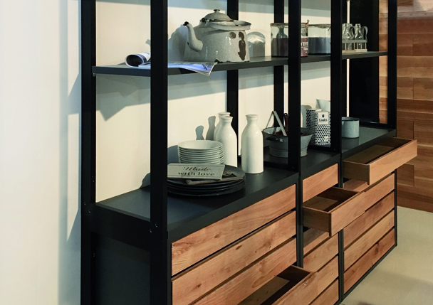Un meuble composé de tiroir et d'étagères, le tout en bois et aluminium