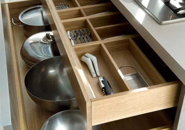 Un tiroir avec des rangements en bois