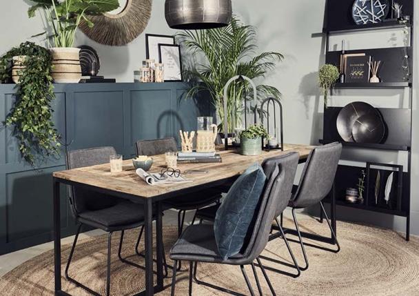Une table à diner en bois avec des chaises design